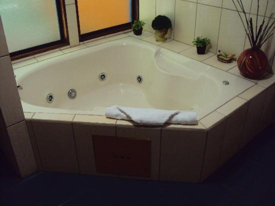 Hotel Chalet Tirol: Jacuzzi in Superior Chalet