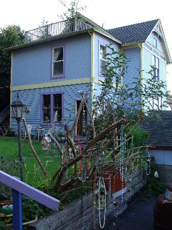 Astoria Inn: the house from the backyard