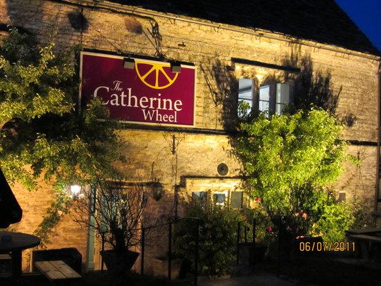 The Catherine Wheel - Bibury: Beautiful at night