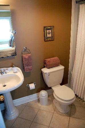 Wine Country Bed & Breakfast: Each Suite has a private bathroom