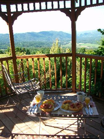 Husum Highlands Bed and Breakfast: Breakfast with a view of Mt. Hood