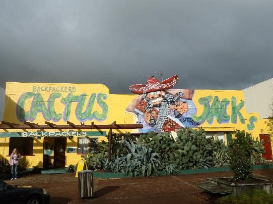 Cactus Jacks Backpackers: The front of the hostel.