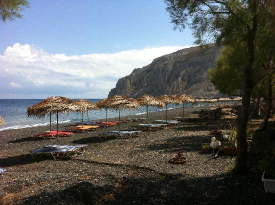Anassa Deluxe Suites: Black Beach just a few metres down the road