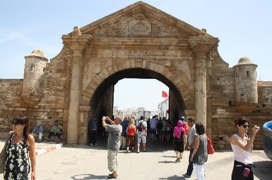 Porte ouvrant sur la ville Bilde av Essaouira i Marrakech