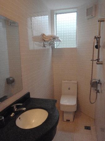 Sishuinianhua Inn: Western-style bathroom