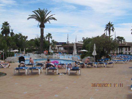 BQ Alcudia Sun Village: Mot svømmebasseng,og poolbar.