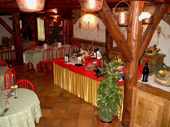 Centro Pineta Family Hotel & Wellness: Tavolo buffet con prodotti Trentini