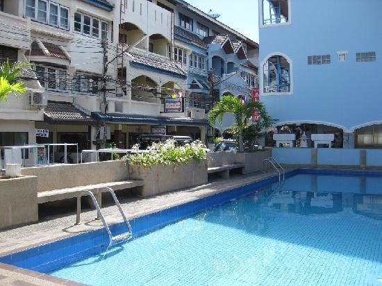 New Beach Hotel / Guest House: Communal swimming pool