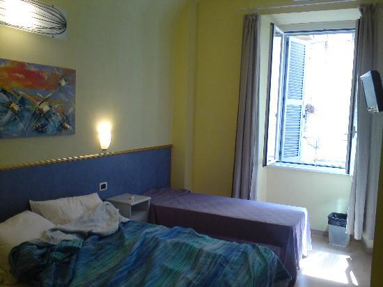 Kalikart Bed and Breakfast: Our room with lovely sunny window looking into courtyard.