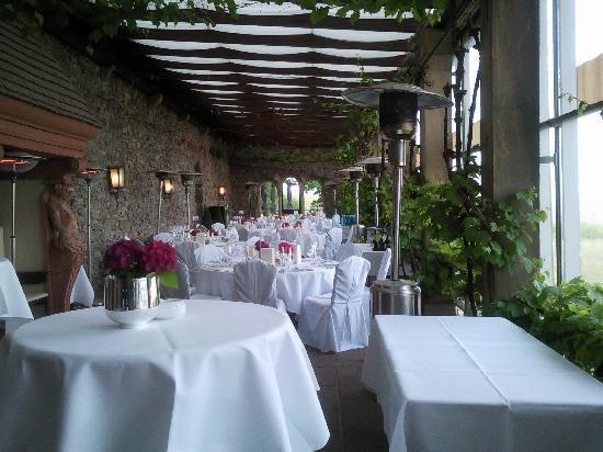 Relais & Châteaux Hotel Burg Schwarzenstein: Sala da pranzo all'aperto con vista sui vigneti