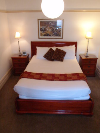 Cobb & Co Court Boutique Hotel : main queen bed in room 4, the Small Queen