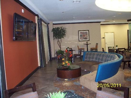 SpringHill Suites by Marriott Waco Woodway: Great sitting area in breakfast/bar area
