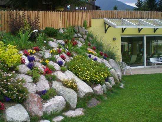 Giardino roccioso dellHotel Centro PIneta - Foto di Centro Pineta Family...