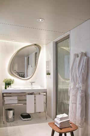 Hotel Fasano Rio de Janeiro: White marble bathtroom