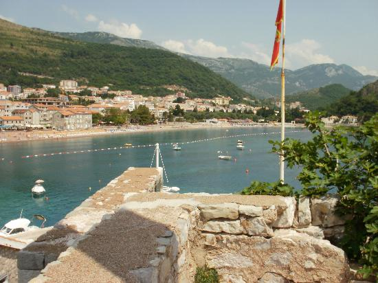 Petrovac, Czarnogóra: view of the beach from the castle area