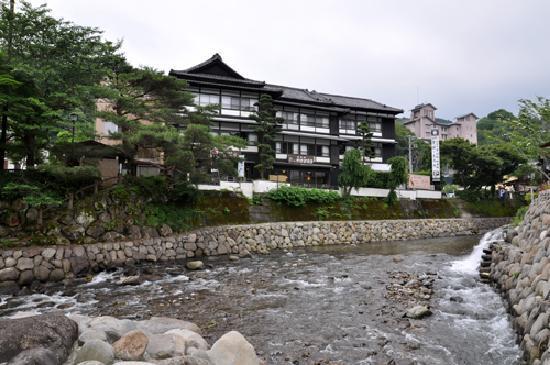 Hana Komichi: お向かい「独狐の湯」からのホテルの眺め