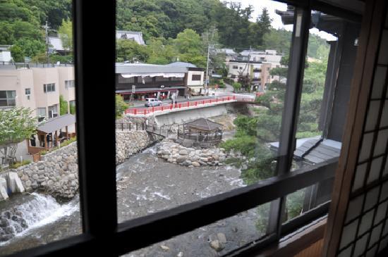 Hana Komichi: 窓からの眺め、夜は左下の水路の合流が少しうるさい