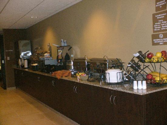 Microtel Inn & Suites by Wyndham Williston: Breakfast station. yum