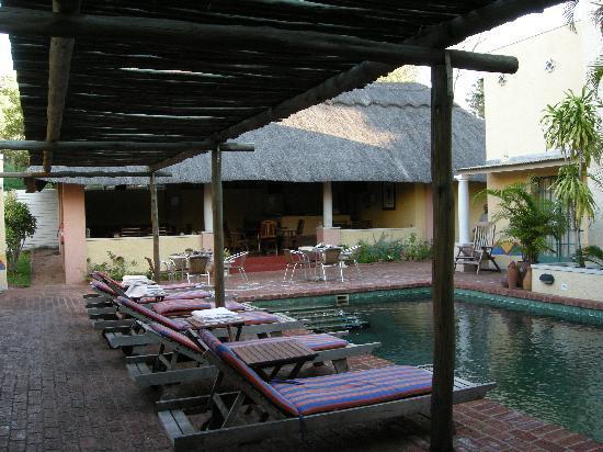 Amadeus Garden: Innenhof mit Pool und Frühstücksbereich