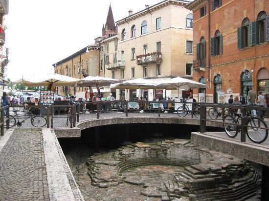 Hotel Antica Porta Leona: Square just around the corner from the hotel