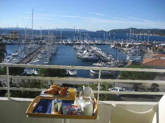 Le Rabelais : Das Frühstück wird auf dem Balkon mit Meerblick gereicht