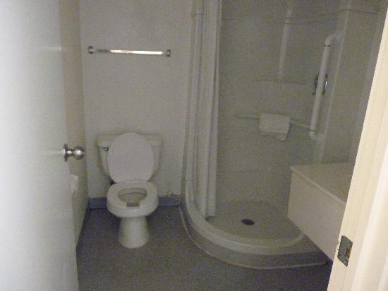 Motel 6 Topeka Northwest: The bathrooms were disgusting