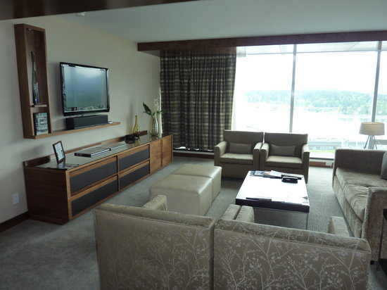 Fairmont Pacific Rim: Sitting / TV area / Corner Suite