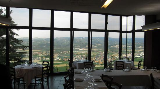 Guarene, Italy: Food with a view