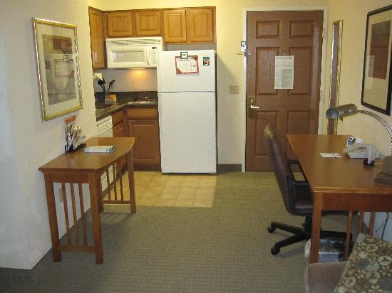 Staybridge Suites Portland Airport: Kitchenette and desk in my One Bedroom Suite