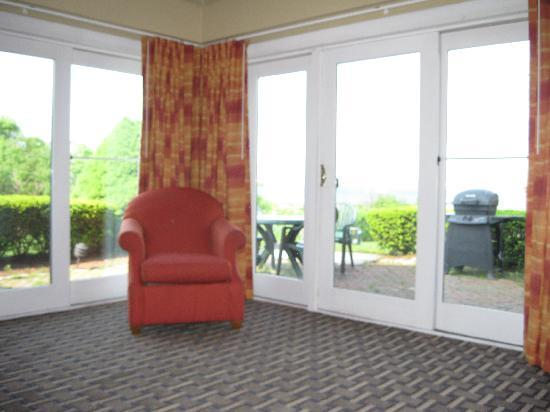 Wyndham Newport Overlook: Living Room windows