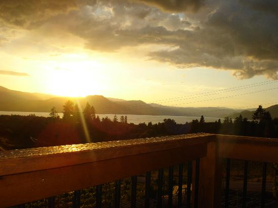 Y Knot Naramata B & B: sunset view from balcony of bedroom