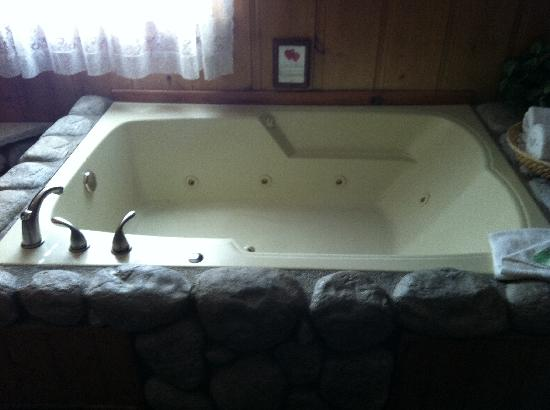Cathy's Country Cottages: The wonderful tub!