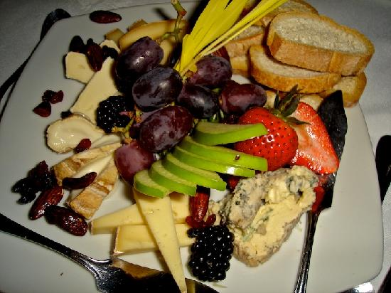 Auberge La Montagne Coupee: Fruit and cheese plae