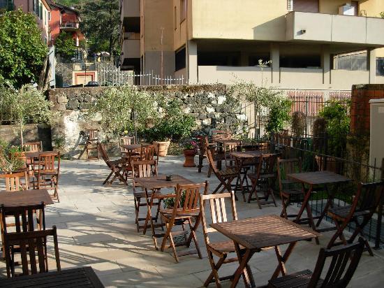 Oasi Hotel: Outdoor Breakfast Area (also inside)