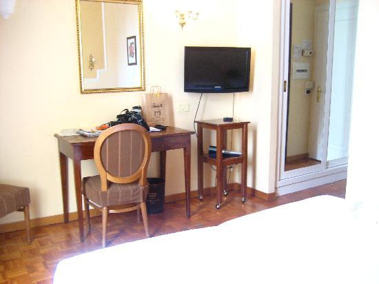 City Hotel: Desk