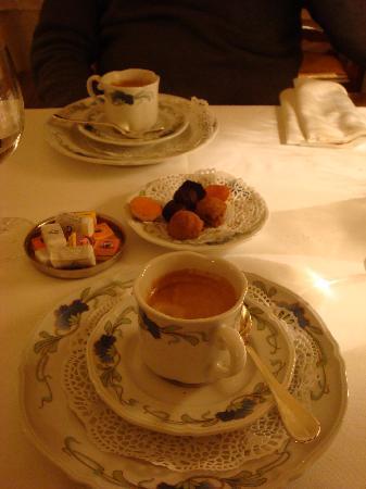 Hotel de la Banniere de France : cafe with chocolates