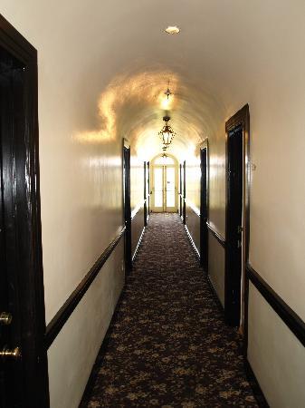 Montecito Inn: Hall