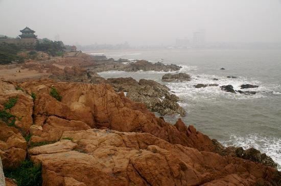 Qingdao, Chiny: A view of the yellow sea from the walkway