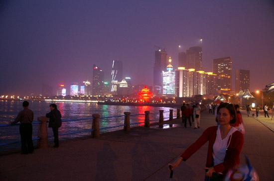 Qingdao, Chiny: THe city at night, view from the port