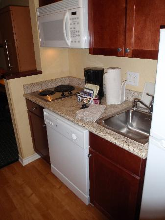 TownePlace Suites Texarkana: Kitchen upon entering suite