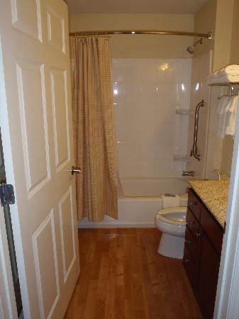 TownePlace Suites Texarkana: Roomy suite bathroom