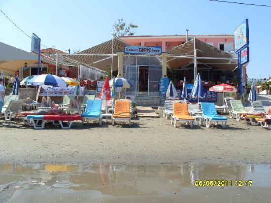 Tasos Taverna: Right on the beach with beautiful views