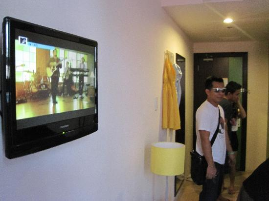Go Hotels Mandaluyong: the small TV