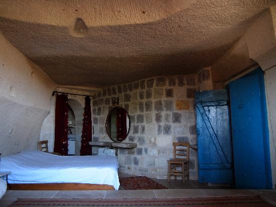 Kilim Pension: One of the roomy cave rooms