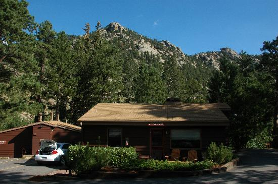 Castle Mountain Lodge: Our cabin
