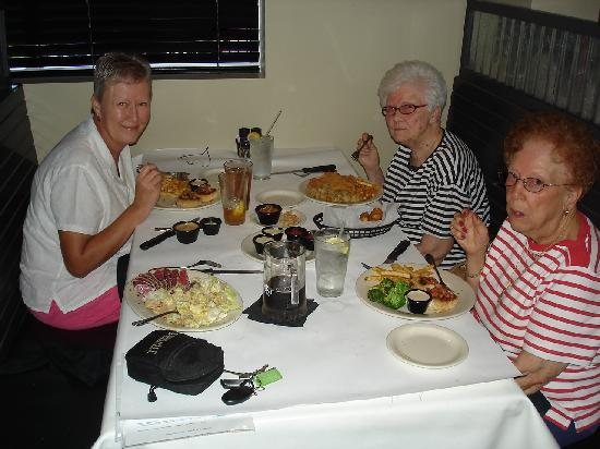Shuckers Oyster Bar & Grill: Young & OLD enjoy!