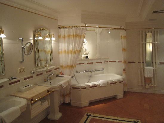 Waldhotel Sonnora: the ball room size bath room