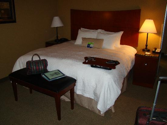 Hampton Inn Bryant: Comfortable bed