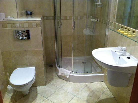 Hotel Artur : spacious bathroom
