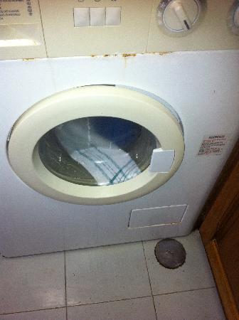 Joinal Villas Apartments: broken, dirty washing machine